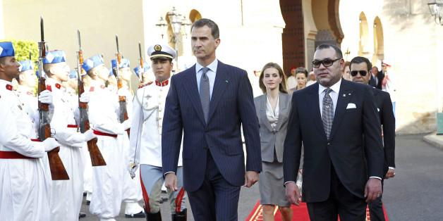 Le roi d'Espagne Felipe VI et sa femme Letizia reçus par le roi Mohammed VI, à leur arrivée au Palais royal de Rabat, le 14 juillet 2014
