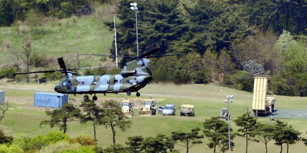 26일 경북 성주군 성주골프장 부지에 사드 발사대가 하늘을 향해 배치돼 있다. 한미 당국은 이날 새벽 경북 성주골프장에 사드(THAAD·고고도미사일방어체계) 발사 장비 일체를 전격배치했다.