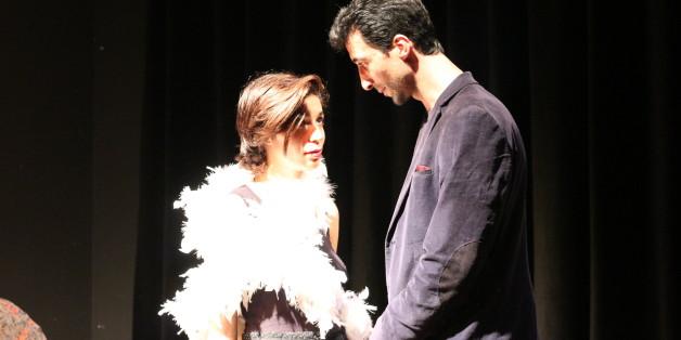 """Khadija sur scène, avec un autre stagiaire du """"Method Acting"""""""