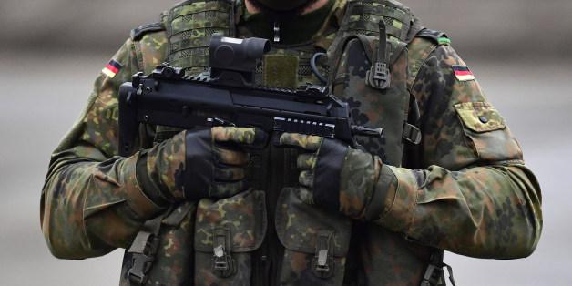 """Un soldat allemand """"xénophobe"""" arrêté a prétendu être un réfugié syrien et a préparé un attentat"""