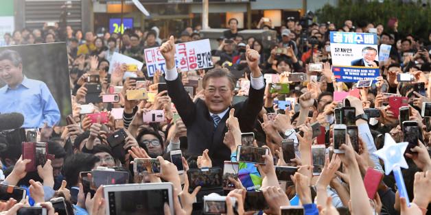 더불어민주당 문재인 대선 후보가 27일 오후 경기도 성남시 야탑역 광장에서 열린 집중유세에서 지지자들과 인사하고 있다.