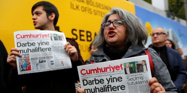 Supporters of Cumhuriyet newspaper, an opposition secularist daily, hold today's copies during a protest in front of its headquarters in Istanbul, Turkey, October 31, 2016. REUTERS/Murad Sezer