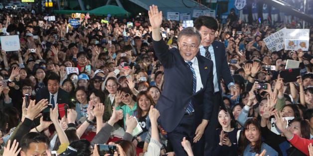 문재인 더불어민주당 대선후보가 27일 오후 성남 야탑역에서 집중유세를 벌였다. 문 후보가 지지자들과 인사하고 있다.