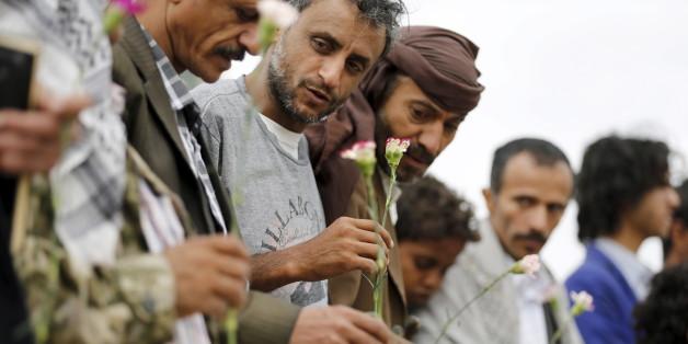 Des membres de la communauté baha'ie au Yémen se rassemblent en soutien à un fidèle arrêté. Sanaa, avril 2016.