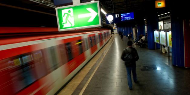 Männergruppe bedrängt Frau in München - Passanten ignorieren ihren Hilferuf