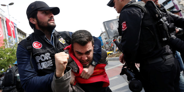 Turkish riot police scuffle with a group of protesters as they attempted to defy a ban and march on Taksim Square to celebrate May Day in Istanbul, Turkey May 1, 2017. REUTERS/Murad Sezer