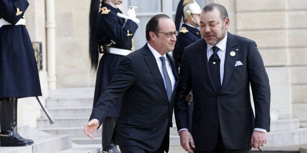 French President Francois Hollande (L) welcomes Morocco's King Mohammed VI at the Elysee Palace in Paris, France, February 17, 2016. REUTERS/Philippe Wojazer