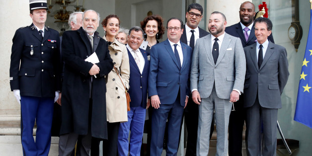 French President Francois Hollande (C) and Morocco's King Mohammed VI (2ndR) pose with guests after their meeting at the Elysee Palace in Paris, France, May 2, 2017.      REUTERS/Christian Hartmann