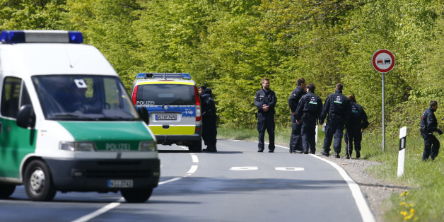 Police conduct a search of a forest area just outside the town of Oberursel near Frankfurt, Germany April 30, 2015. Police in southern Germany have prevented a planned Islamist attack, a German newspaper reported on Thursday, adding that a married couple had been arrested overnight after weapons and explosives were found in their home.  REUTERS/Ralph Orlowski