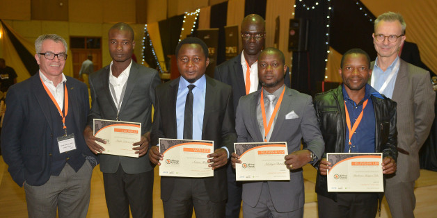 Les gagnants Anderson Diédri et Arison Tamfu aux côtés des finalistes Dayo Oketola et Phathizwe Mongezi Zulu, avec l'équipe Africa Check et Boris Bachorz de l'AFP.