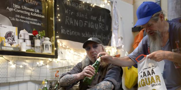 """Hamburger Obdachlose in einem Käfig bei der Vorführung """"Menschlicher ZOO"""" im Jahr 2013"""
