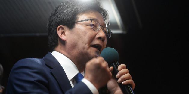 유승민 바른정당 대선후보가 3일 서울 CGV강남 앞에서 유권자들에게 지지를 호소 하고 있다.