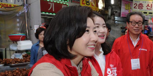 나경원 자유한국당 중앙공동선대위원장이 4일 오후 광주 북구 말바우시장을 방문, 시민들과 인사나누며 홍준표 대선 후보 지지를 호소하고 있다.
