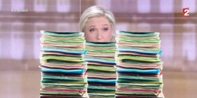 Les fiches de Marine Le Pen ne sont pas passées inaperçues.