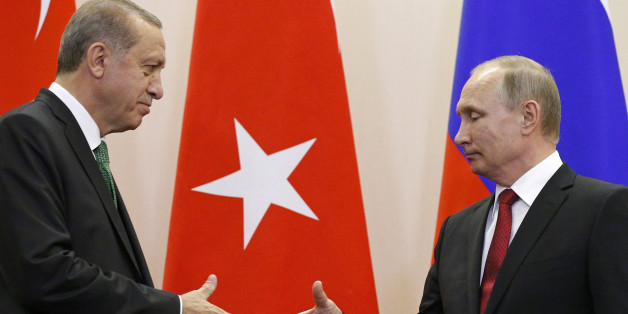 Russian President Vladimir Putin (R) shakes hands with his Turkish counterpart Tayyip Erdogan during a news conference following their talks in Sochi, Russia, May 3, 2017. REUTERS/Alexander Zemlianichenko/Pool