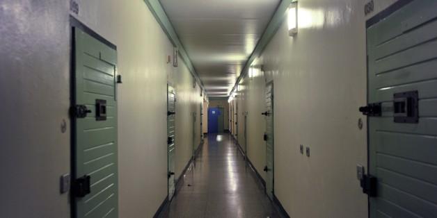 Hafträume müssen deshalb doppelt belegt oder Gefangene in andere Gefängnisse des Bundeslandes verlegt werden.