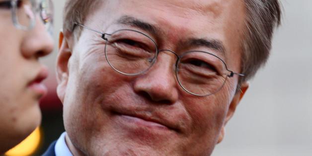 문재인 더불어민주당 대선 후보가 사전투표 25% 프리허그 공약을 실행하기 위해 6일 서울 홍대 걷고싶은거리에서 열린 투표참여 릴레이 버스킹 vote0509에 참석해 시민들의 발언을 듣고 있다.