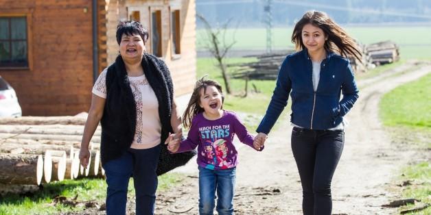 Bauer sucht Frau-Star Narumol mit ihren beiden Töchtern.
