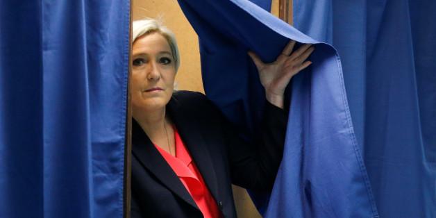 Zwei überlappende Wahlplakate für Marine Le Pen und Emanuelle Macron