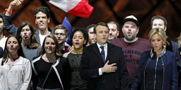 Der frisch gewählte französische Präsident Emmanuel Macron feiert seinen Sieg gemeinsam mit seiner Frau Brigitte Trogneux vor dem Louvre