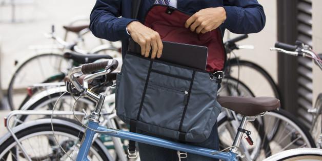 Junger Mann will einen Laptop kaufen - als er die Tasche öffnet, erkennt er seinen großen Fehler