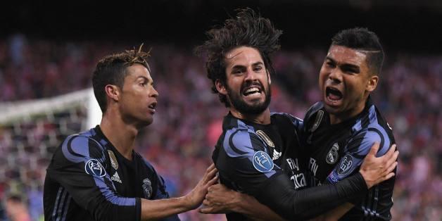 Cristiano Ronaldo, Isco et Casemiro célébrant leur qualification pour une 15ème finale de la ligue des champions.