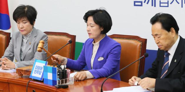 추미애 더불어민주당 대표가 15일 서울 여의도 국회에서 열린 최고위원회의서 의사봉을 두드리며 회의 시작을 알리고 있다.