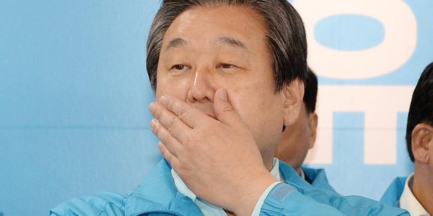 김무성 바른정당 공동선대위원장이 제19대 대통령선거일인 9일 오후 서울 여의도 바른정당 당사에 마련된 개표상황실에서 개표방송을 시청하고 있다.
