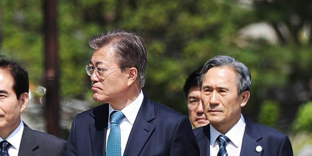 문재인 대통령이 17일 오후 한민구 국방부 장관, 이순진 합동참모본부 의장의 안내를 받으며 서울 용산구 국방부에서 함동참모본부로 이동하고 있다.