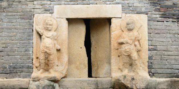 Unter der Mauer des Gyengjou-Tempels in Südkorea machten die Forscher eine unheimliche Entdeckung.