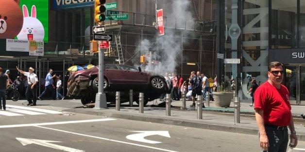 Auto rast auf Bürgersteig am New Yorker Times Square