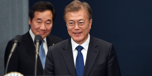 South Korea's new President Moon Jae-in (R) arrives to attend a press conference as Prime Minister nominee Lee Nak-yon follows him at the presidential Blue House in Seoul, South Korea May 10, 2017. REUTERS/Jung Yeon-Je/Pool