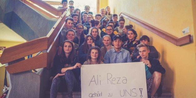 """""""Ali gehört zu uns"""": Mit einer Petition will eine 10. Klasse die Abschiebung ihres Mitschülers verhindern."""