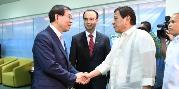 아세안(ASEAN) 특사로 필리핀을 방문 중인 박원순 서울시장이 22일 다바오시에서 로드리고 두테르테 필리핀 대통령을 예방, 악수하고 있다