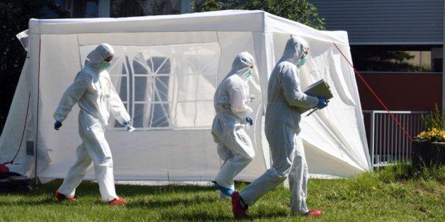Die Polizei fand die Leiche der 65-jährigen Frau im Vorgarten - Beamte sichern Spuren.