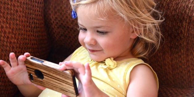 Was mit deinen Kindern passiert, wenn du sie vor dem zweiten Lebensjahr mit dem Smartphone spielen lässt.