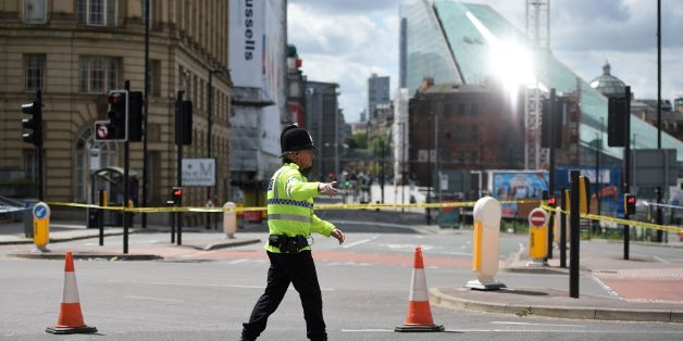 A police officer potrols a cordon near to the Manchester Arena in Manchester, northwest England on May 23, 2017 following a deadly terror attack at the Ariana Grande concert at the Manchester Arena the night before. Twenty two people have been killed and dozens injured in Britain's deadliest terror attack in over a decade after a suspected suicide bomber targeted fans leaving a concert of US singer Ariana Grande in Manchester. / AFP PHOTO / Oli SCARFF        (Photo credit should read OLI SCARFF/