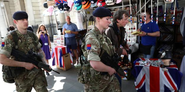 In Großbritannien suchen die Sicherheitskräfte nach weiteren möglichen Mittätern und sichern die Straße.