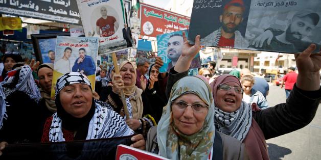 Des Palestiniens célèbrent la suspension de la grève de la faim des détenus palestiniens en Israël. REUTERS/Mohamad Torokman