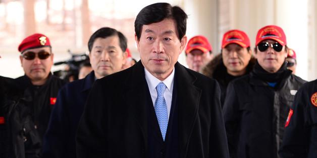 사진은 2015년 2월9일, 원세훈 전 국정원장이 서울고등법원에서 열린 '국정원 대선개입' 사건 항소심 선고공판에 참석하는 모습. ⓒ뉴스1