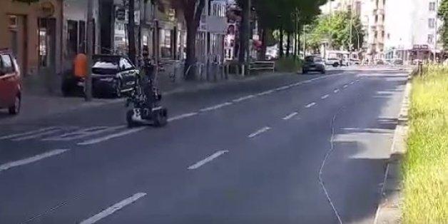 Bombenalarm in Berlin: Polizeiroboter untersucht verdächtiges, gestohlen gemeldetes Fahrzeug