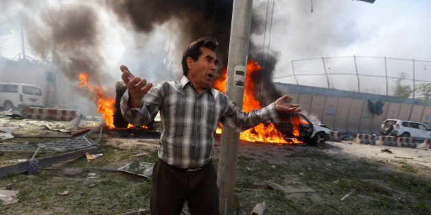 An Afghan man reacts at the site of a blast in Kabul, Afghanistan May 31, 2017.REUTERS/Omar Sobhani      TPX IMAGES OF THE DAY