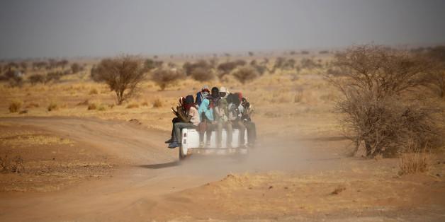 Des migrants traversent le Sahara près d'Agadez, au Niger, le 9 mai 2016.