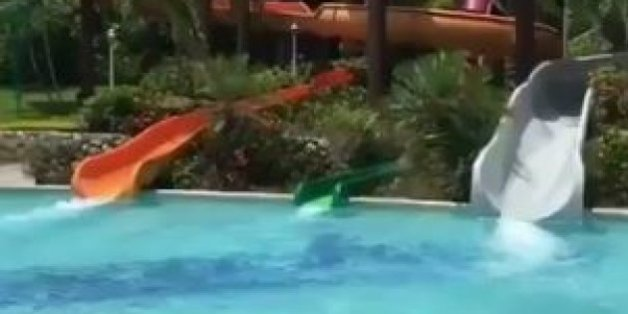 Trois toboggan d'une piscine.