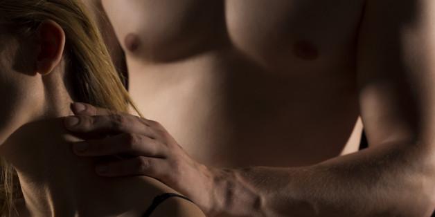 Beim Stealthing entfernt der Mann beim Sex heimlich das Kondom - ohne das Einvernehmen des Partners.