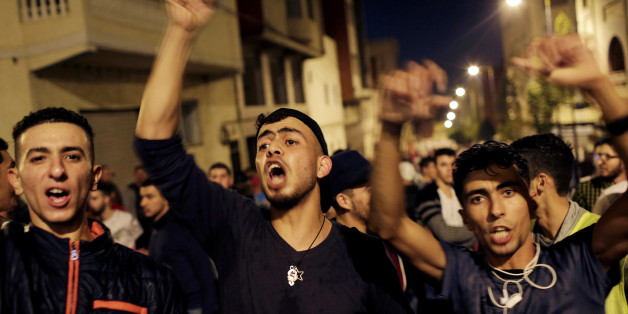 Moroccans shout slogans during a demonstration against official abuses and corruption in the town of Al-Hoceima, Morocco May 31, 2017. REUTERS/Youssef Boudlal