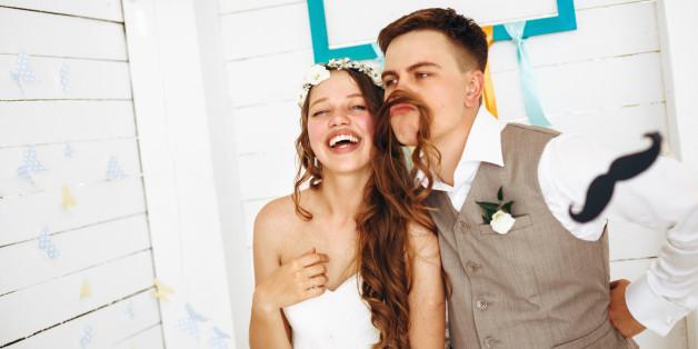 Wenn es zum Brautpaar passt, machen sich ironische Sprüche gut auf der Glückwunschkarte.