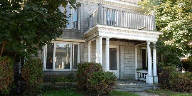 Cette maison à vendre permet de vivre dans 2 pays et pourtant ...