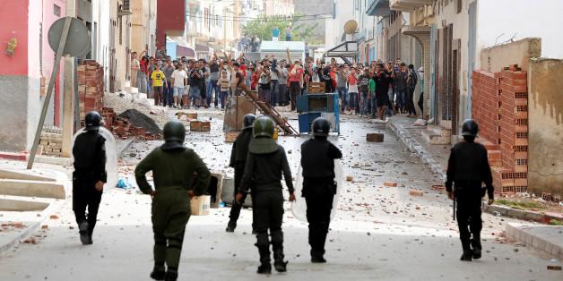 Des manifestants jettent des pierres contre la police à Imzouren, 2 juin 2017