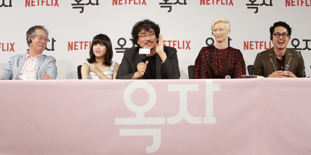 SEOUL, SOUTH KOREA - JUNE 14:  Bong Joon Ho(c), Byun Heebong, An Seo Hyun, Tilda Swinton and Steven Yeun attend the official press conference after Korea Red Carpet Premiere of Netflix release 'Okja' at the Four Seasons on June 14, 2017 in Seoul, South Korea. (Photo by Chung Sung-Jun/Getty Images for Netflix)